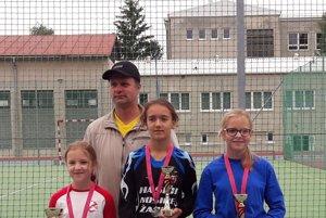 Mladšie žiačky so starostom Spišskej Teplice.