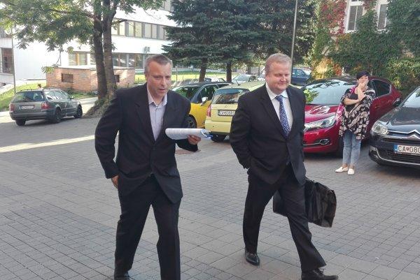 Exstarosta Svrčinovca Juraj Strýček (vľavo) prichádza ráno k budove Okresného súdu v Čadci.