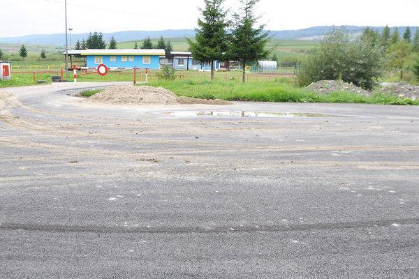 Autá a ľudia už nebudú jazdiť a chodiť po v blate.