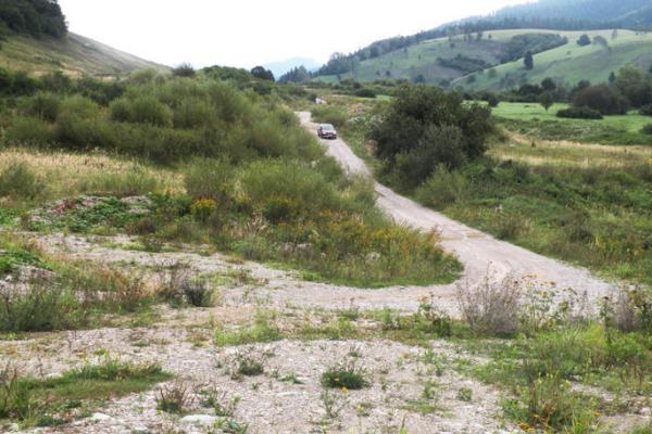 Cesta je spevnená, využívajú ju aj ako prístupovú cestu kdiaľnici. FOTO: (MAJ)