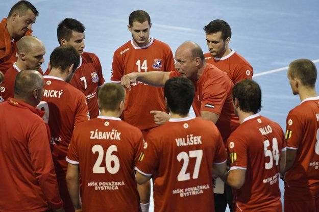 Na snímke hráči Považskej Bystrice, vpravo tréner Václav Straka v dohrávke 1. kola Slovnaft Handball extraligy Tatran Prešov - MŠK Považská Bystrica.