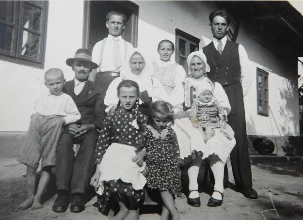 Rodina Pavla Bednára, Pavol vľavo hore.