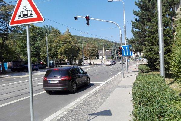 Aj značka, aj semafor. Na červenej stoja autá i vtedy, keď cestu pri obratisku nekrižujú žiadne električky.