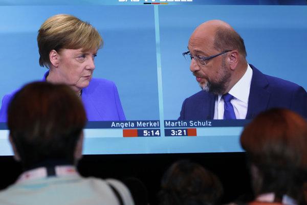 Nemecká kancelárka a šéfka CDU Angela Merkelová (vľavo) so šéfom SPD Martinom Schulzom ešte pred voľbami.