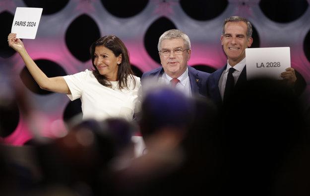 Na snímke zľava starostka Paríža Anne Hidalgová, predseda MOV Thomas Bach a starosta Los Angeles Eric Garret po vyhlásení výsledkov hlasovanie v Lime.