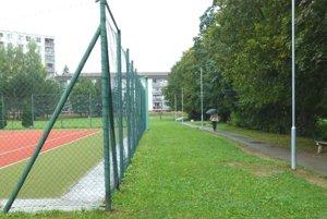 Konopné pole sa nachádza vedľa chodníka na sídlisku.