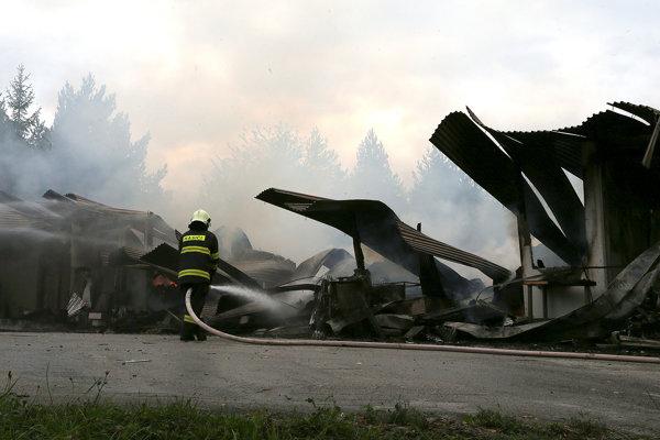 Budovu strelnice zničil požiar.
