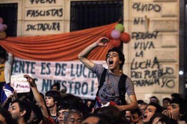 Ľudia vyšli proti Francovi protestovať do ulíc.