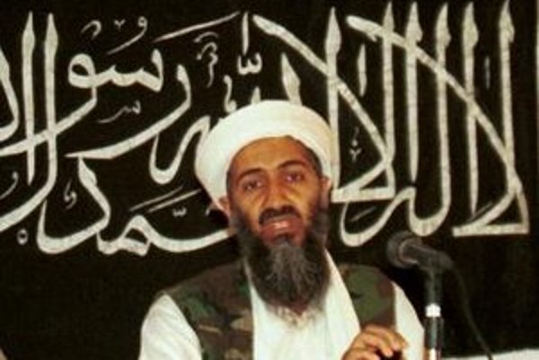 Na archívnej snímke z  roka 1998 Usáma bin Ládin počas tlačovej konferencie v Afganistane.