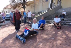 Na autíčkach sa púšťajú zľava Igor Furka a Jozef Mikloško s vnukmi.