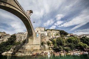 Skoky do vody rieky Neretva z 28 metrov vysokého historického Starého mosta v bosnianskom meste Mostar v rámci šampionátu Red Bull Cliff Diving.