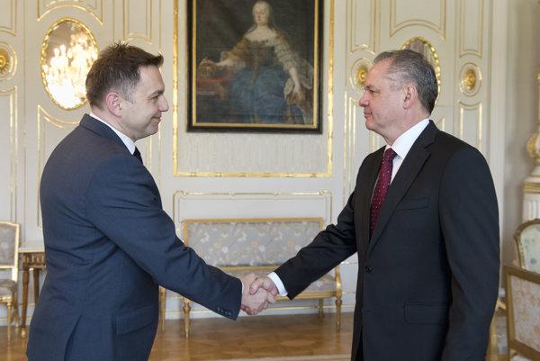 Prezident Andrej Kiska a vľavo minister financií Peter Kažimír počas prijatia 6. apríla 2016 v Prezidentskom paláci v Bratislave.
