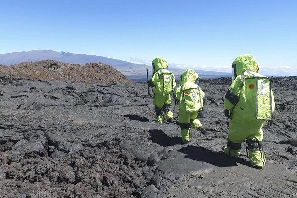 Členovia simulovanej misie kráčajú neďaleko svojej stanice.