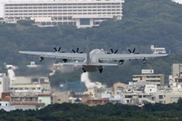 Vzlietajúce americké lietadlo zo základne Futenma.