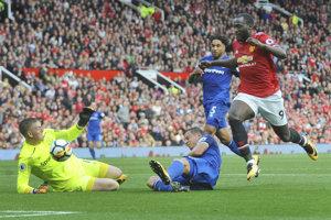 Hráč Manchestru United Romelu Lukaku (vpravo) počas gólovej šance v zápase 5. kola Premier League proti Evertonu.
