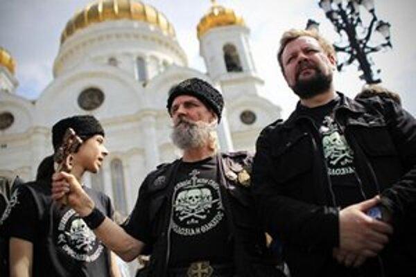Členovia ortodoxnej militantnej skupiny strážia Chrám Krista Spasiteľa v Moskve pred aktivistami.