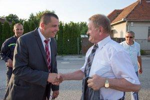 Odchádzajúci starosta Juraj Obert so županom.