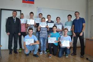Študenti spoločne sriaditeľom Spojenej školy vKNM Milanom Valekom (vľavo).