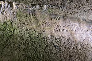 Jeden z robotníkov zanechal v betóne na stene nápis.