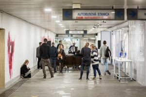 V podchode topoľčianskej železničnej stanice vzniklo zaujímavé kultúrne centrum.
