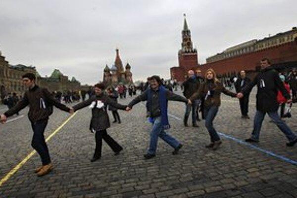 Ruská opozícia skúša protestovať aj pokojne.