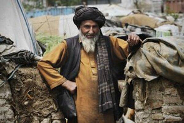 Afganský civilista pri svojom zničenom príbytku.