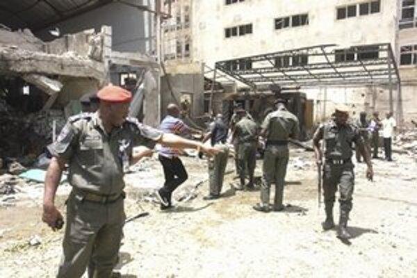 Nigérijskí policajti po nedávnom samovražednom útoku v Abuji.