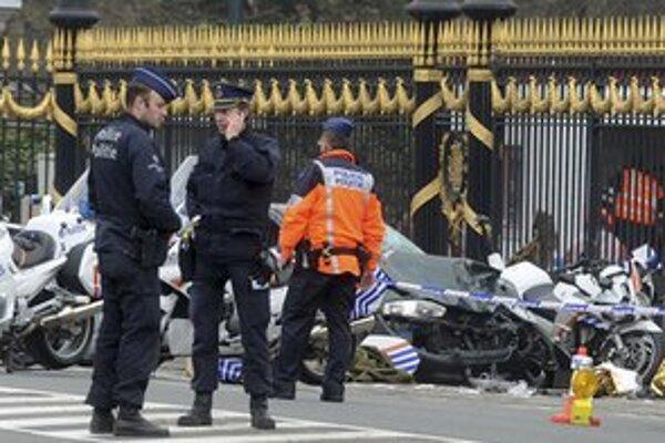 Policajti pred hromadou zničených motoriek.