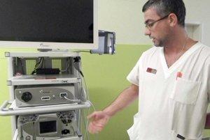 Zástupca primára ortopédie vysvetľuje, aké výkony môžu snovou artroskopickou vežou robiť.