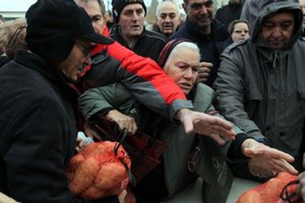 Poľnohospodári v Solúne na protest proti nízkym cenám, za ktoré od nich produkty kupujú veľkoodberatelia, rozdávali začiatkom februára zemiaky zadarmo.