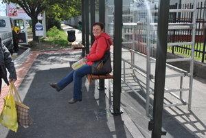 Sedím na lavičke... ...ahompáľam nohami.