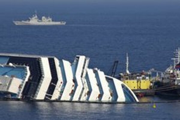 Odčerpávanie paliva z polopotopenej luxusnej výletnej lode Costa Concordia.