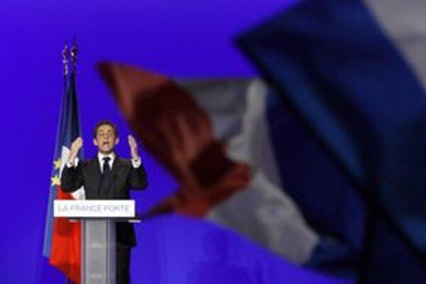Sarkozy bojuje o priazeň voličov.