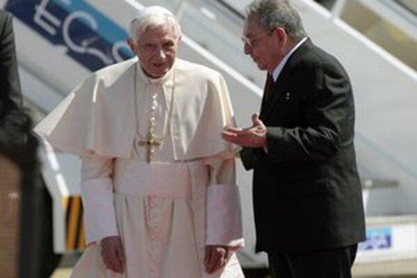 Pápeža privítal Raul Castro.