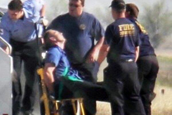 Spútaného kapitána spoločnosti JetBlue odvážajú do nemocnice.
