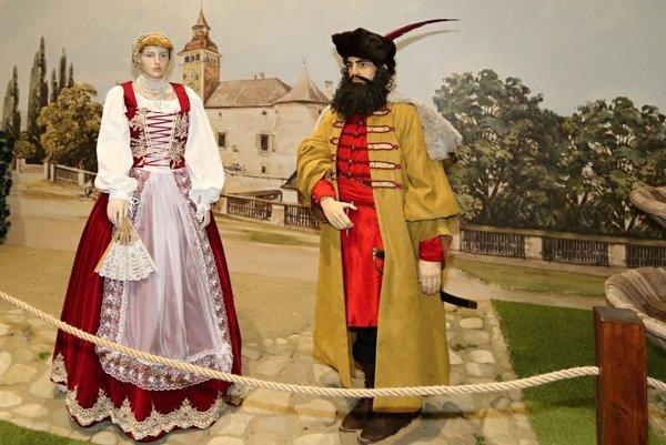 Renesanciu zastupuje šľachtický pár Žofia Coborová a Juraj Turzo stojaci pred Sobášnym palácom v Bytči.