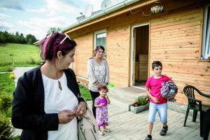 Petronela Kačová (v pozadí). Žije v novej bytovke spolu s manželom a dvomi malými deťmi.