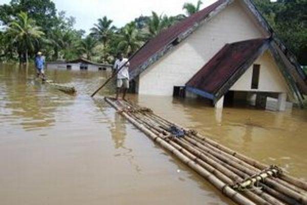 Fidžania veslujú na pltiach po zaplavenej dedine Wailotua.