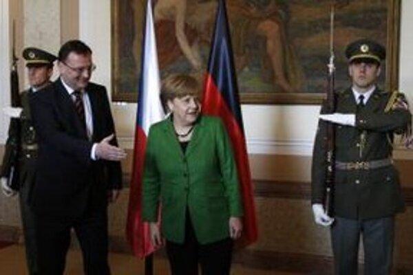 Český premiér Petr Nečas víta nemeckú kancelárku Angelu Merkelovú.