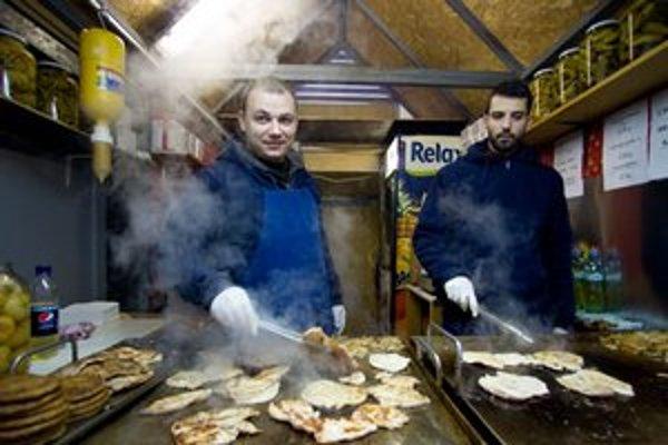 Cigánska pečienka je obľúbená aj u nás na vianočných trhoch.