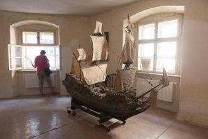 Model fregaty z filmu Malá morská víla.