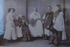 Fotografia z roku 1905 zachytávajúca ľudí, podľa ktorých vyrobili figuríny.