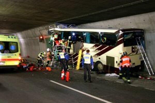 Len nedávno došlo vo švajčiarskom tuneli k tragickej havárii belgického autobusu.