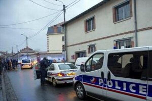 Francúzska polícia zabezpečuje miesto po streľbe.