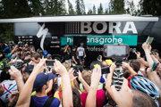 Fanúšikokvia Petra Sagana čakajú pred autobusom tímu Bora Hansgrohe pred siedmou etapy pretekov Okolo Poľska 2017.