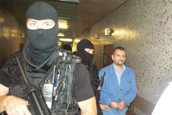 Svedok polície Ernest S. Priviedli ho kukláči.