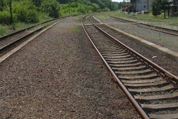 Prechádzajúci vlak zrazil 54-ročnú ženu.
