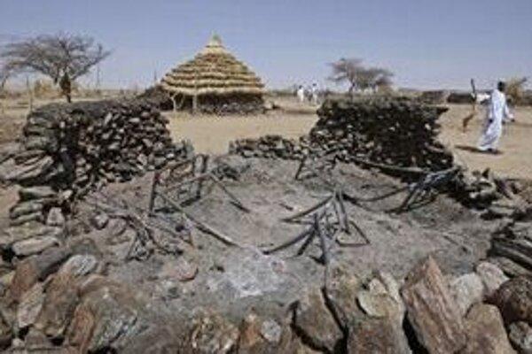 Na fotografii z roku 2008 vidno zničené obydlia v dedine Kafod v severnom Darfúre.