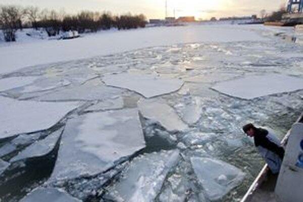 Člen posádky na palube ľadoborca, ktorý razí cestu cez ľadové kryhy na zamrznutej rieke Dunaj.