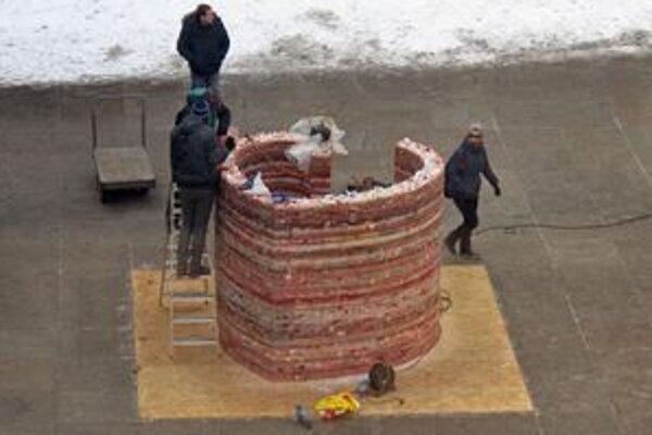 Celkový pohľad na 2-metrové srdce vyrobené z vosku nainštalované pred Národným divadlom v Prahe.